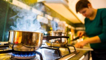 Gaasipliit on üldiselt kuumema tulega ja seega teflonile ohtlikum